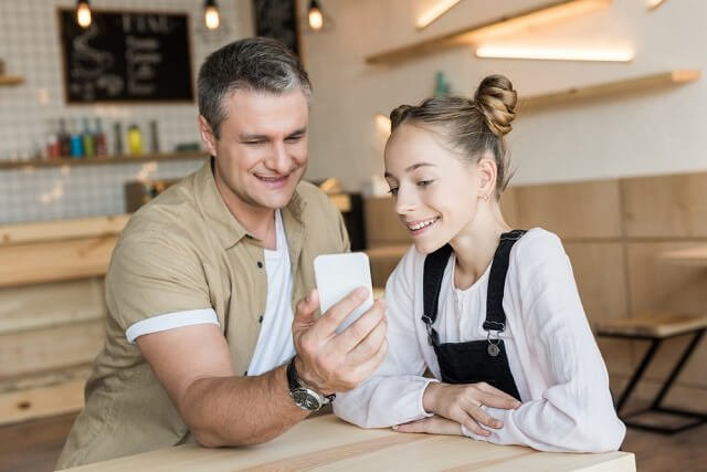 father daughter smartphone investing medium